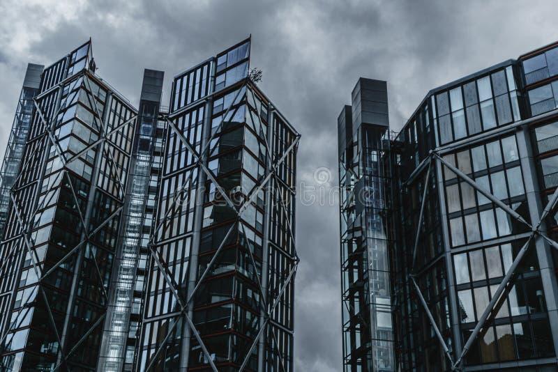 Les gratte-ciel en acier et en verre bloquent Grey Sky photographie stock