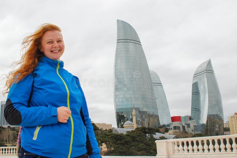 Les gratte-ciel en verre de flamme célèbre au centre d'affaires de la capitale et du touriste roux photos stock