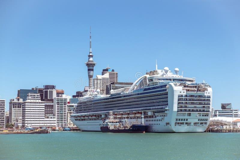 Les gratte-ciel et le ciel d'Auckland CBD dominent avec un bateau de croisière dans nouveau photos stock
