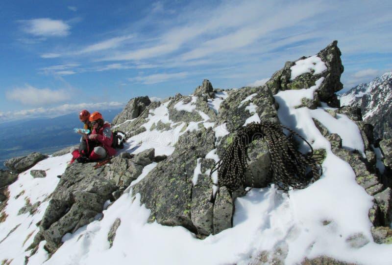 Les grimpeurs ont le repos sur l'itinéraire d'alpiniste images stock