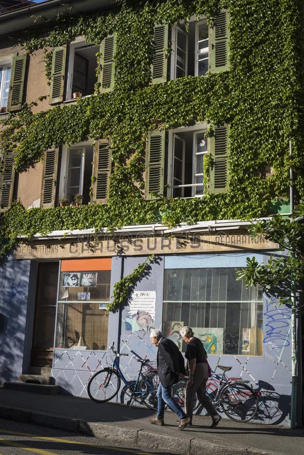 Les Grottes neighbourhood, ett bohemiskt område i Genève, Schweiz arkivbild