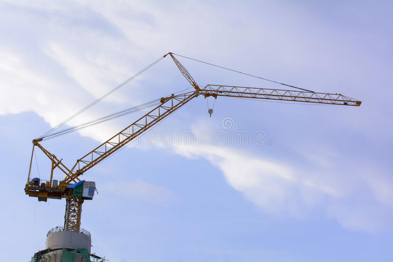 Les grues à tour sont une forme moderne de grue d'équilibre qui a employé dans la construction des édifices hauts images libres de droits
