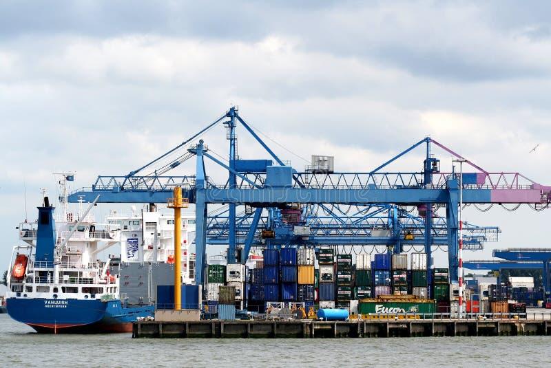 Les grues fonctionnent dans le port de Rotterdam images stock