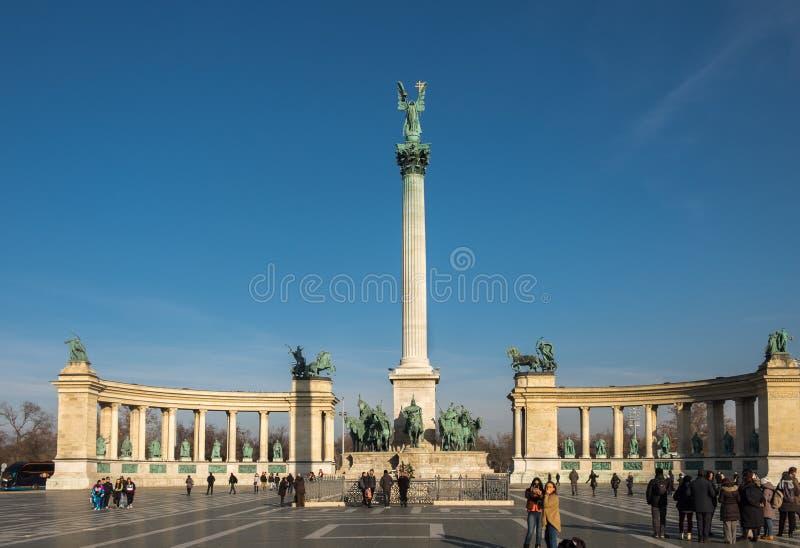 Les héros ajustent avec le complexe de statue comportant les sept chefs photos stock