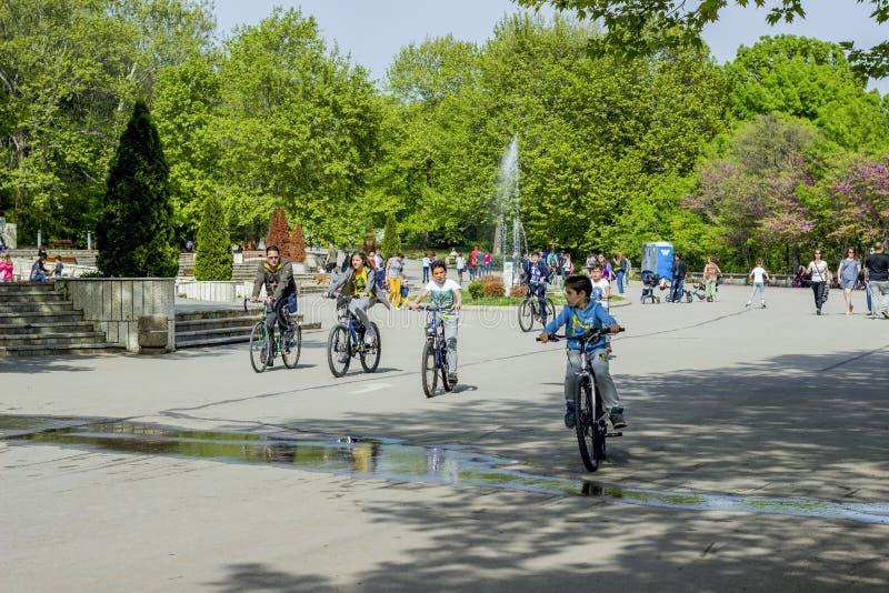 Les habitants de Varna Bulgarie le 13 mai 2017 montent des bicyclettes en parc photo stock