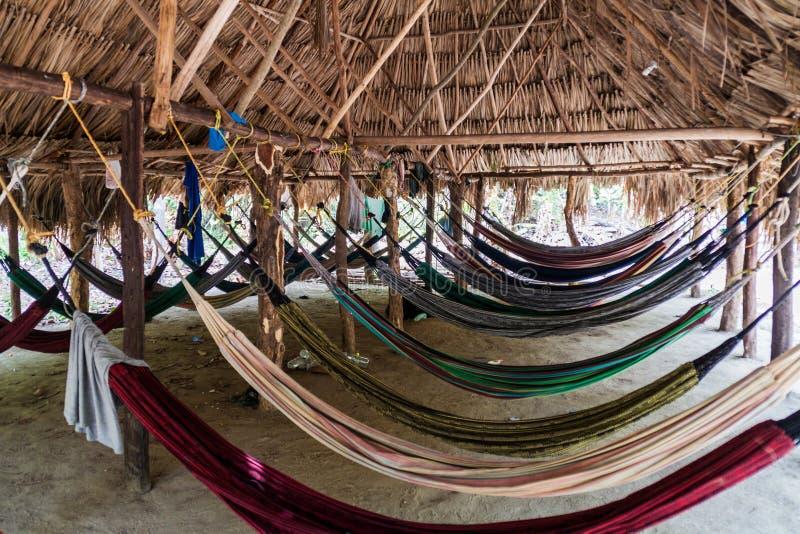Les hamacs accrochent dans une hutte photo stock