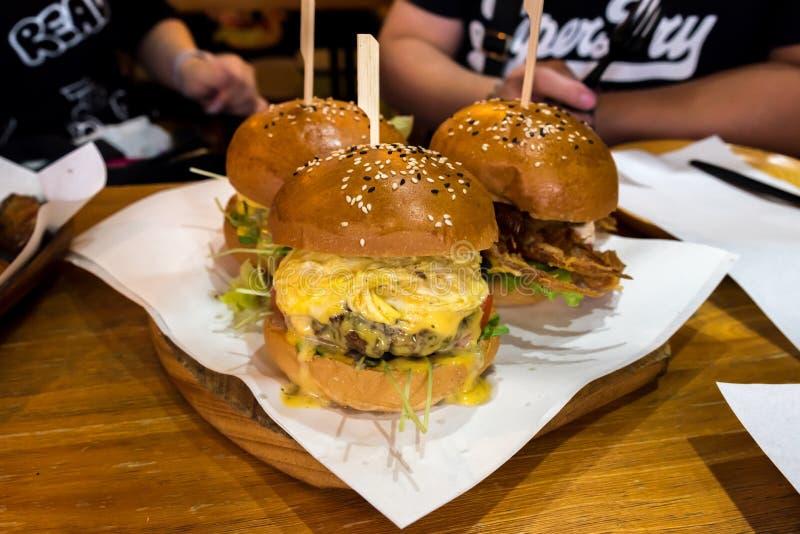 Les hamburgers de petit pain de sésame ont rempli du boeuf de Wagyu et de crabe mou de coquille image stock