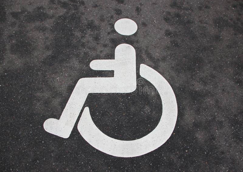 Les handicapés blancs d'handicap se connectent l'asphalte noir illustration stock