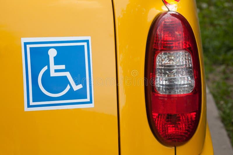 Les handicapés se connectent en arrière du véhicule photos libres de droits