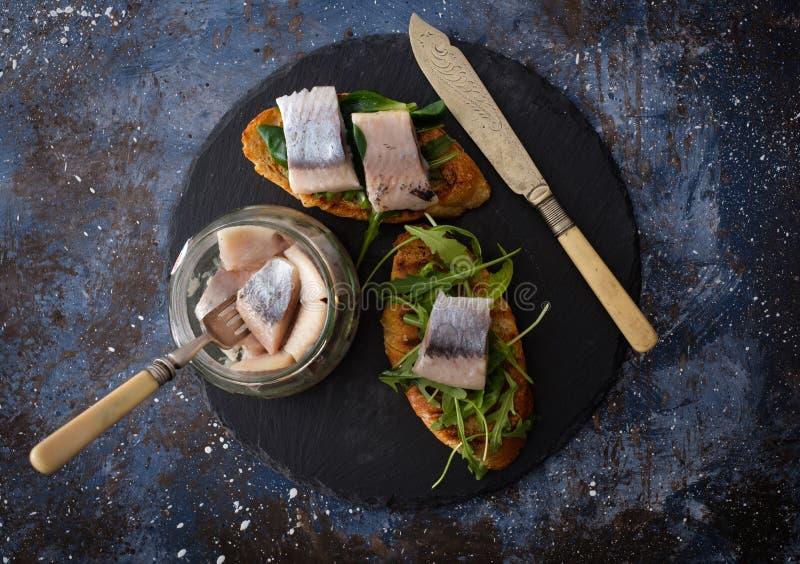 Les harengs serrent le smorrebrod danois traditionnel sur le verrat de coupe photographie stock libre de droits