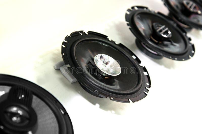 Les haut-parleurs de voiture arrondissent, noircissent dans le magasin photo stock