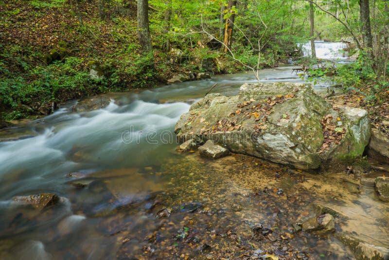 Les hautes eaux à Fenwick extraient la crique et la cascade photographie stock libre de droits