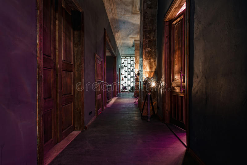 Les hautes portes de vintage dans le manoir ont converti en boîte de nuit Style de grenier photographie stock
