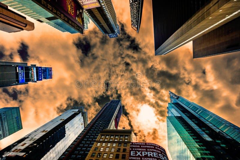 Les hauts gratte-ciel en hausse ajustent parfois dans NYC L'endroit est célèbre comme endroit le plus occupé du ` s du monde et p photographie stock libre de droits