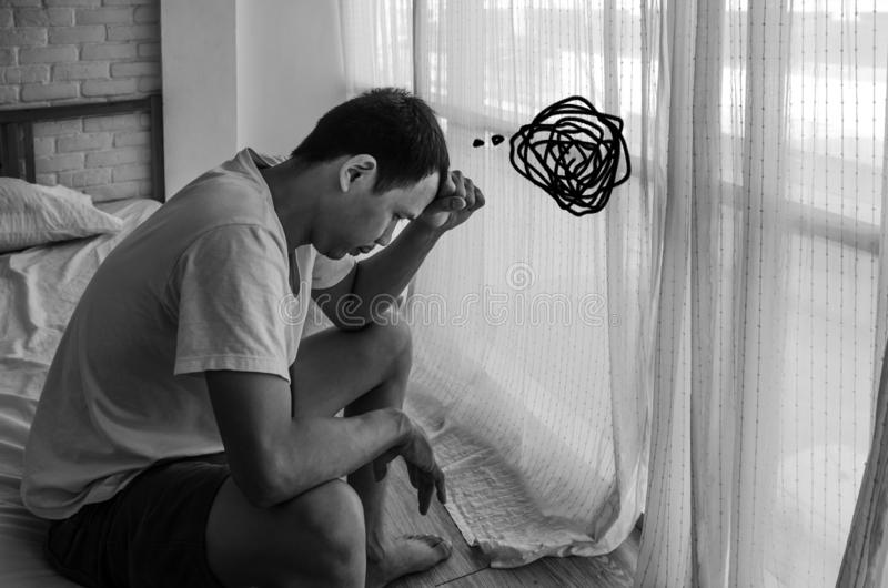 Les hommes asiatiques ne sont pas confortables avec douleur photos libres de droits