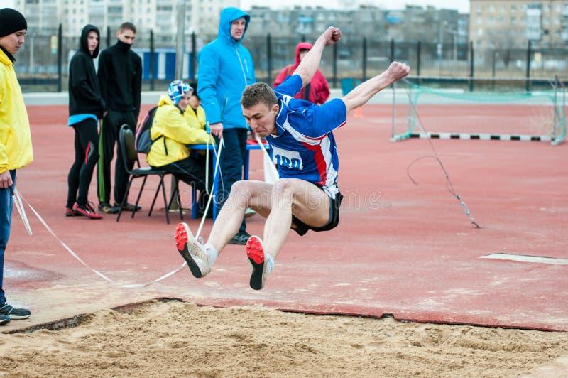 Les hommes concurrencent dans le long saut, Orenbourg, Russie image stock