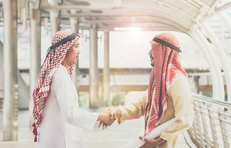 Les hommes d'affaires arabes se serrent la main et acceptent des affaires d'affaires pour le teamw photos libres de droits