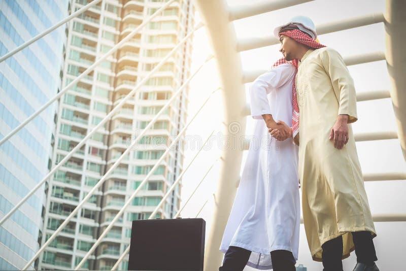 Les hommes d'affaires arabes se serrent la main et acceptent des affaires d'affaires pour le teamw photo stock