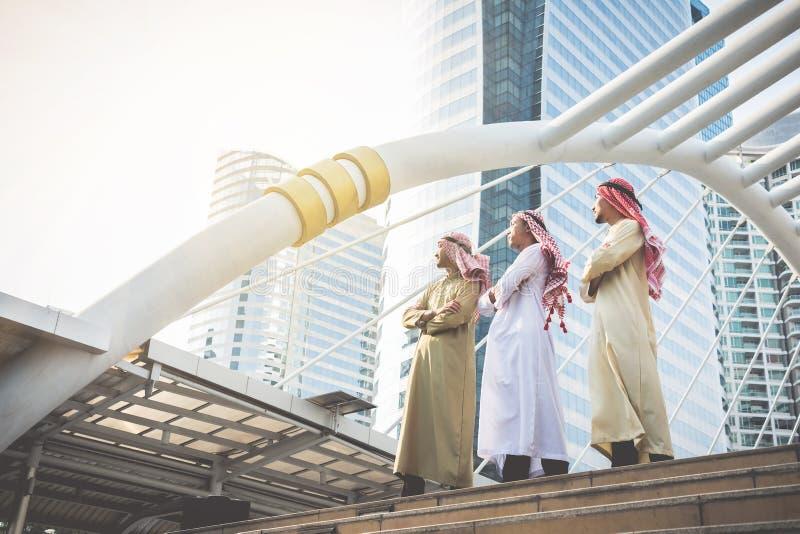 Les hommes d'affaires arabes se tiennent sûrs dans leur succès dans leur desti photos libres de droits