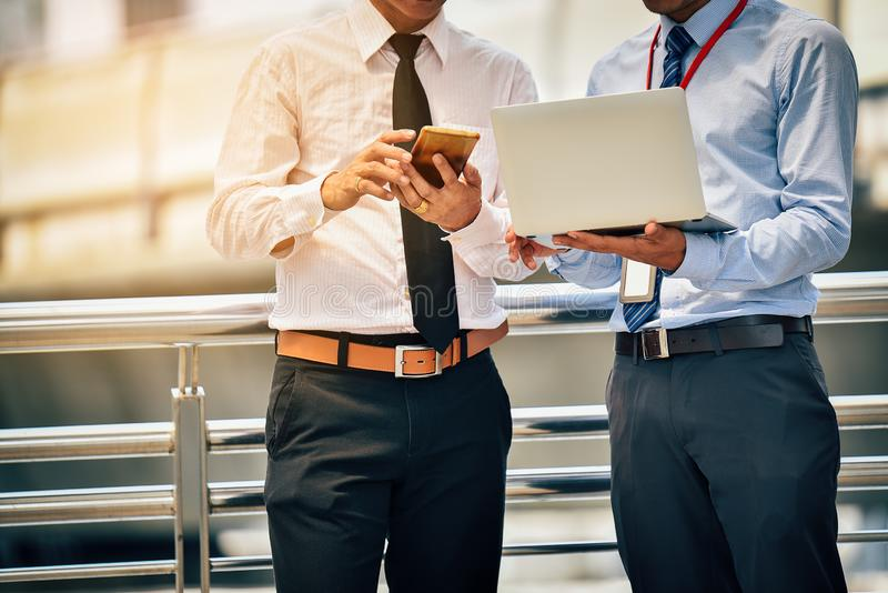 Les hommes d'affaires asiatiques discutent des réunions d'affaires communes dans photos stock