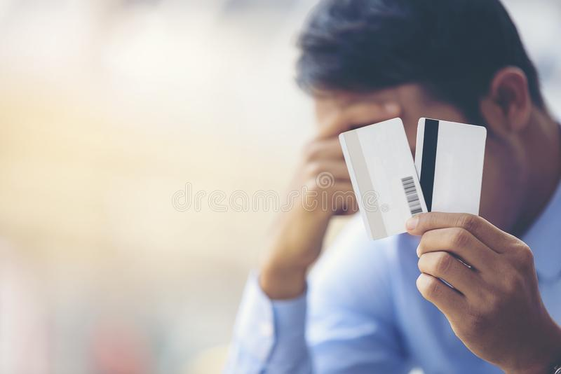 Les hommes d'affaires asiatiques ont des problèmes avec la carte vierge t de banque photo libre de droits