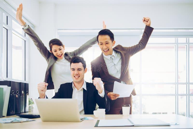 Les hommes d'affaires célèbrent le succès avec le bras  photo libre de droits