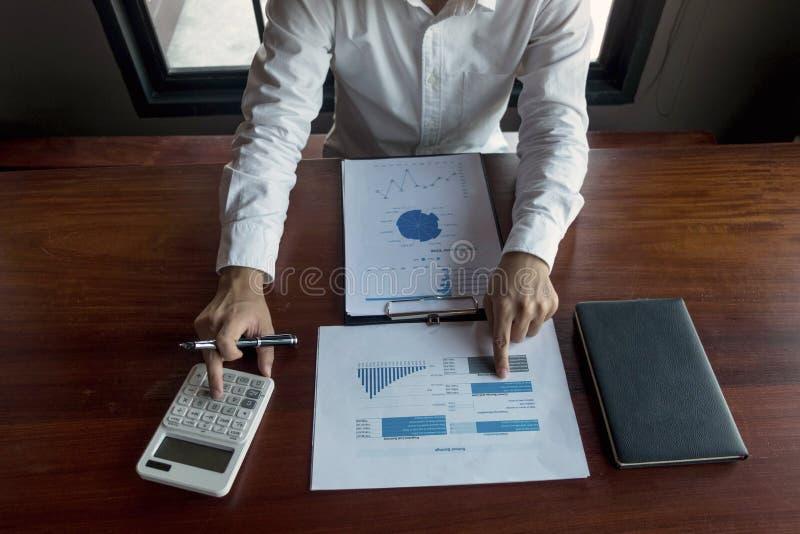 Les hommes d'affaires calculent des affaires d'expansion d'investissement, enregistrant l'argent Concept de finances photos libres de droits