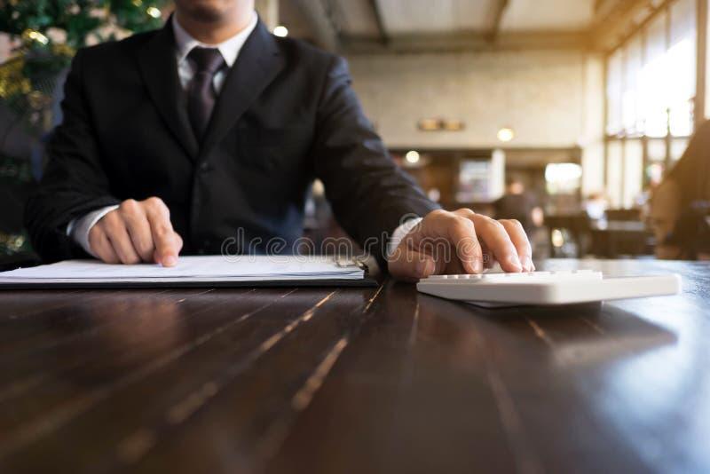 Les hommes d'affaires calculent des affaires d'expansion d'investissement, enregistrant l'argent Concept de finances photo libre de droits