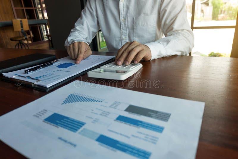 Les hommes d'affaires calculent des affaires d'expansion d'investissement, enregistrant l'argent Concept de finances image libre de droits