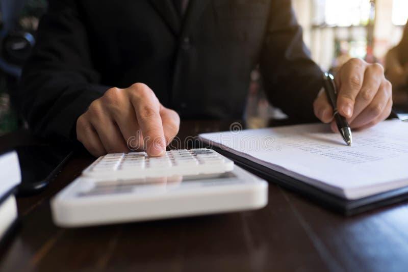 Les hommes d'affaires calculent des affaires d'expansion d'investissement, enregistrant l'argent Concept de finances photo stock