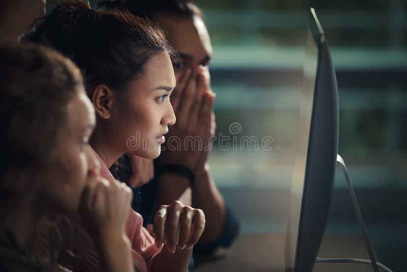 Les hommes d'affaires caucasiens et asiatiques observent constamment au-dessus du photos libres de droits