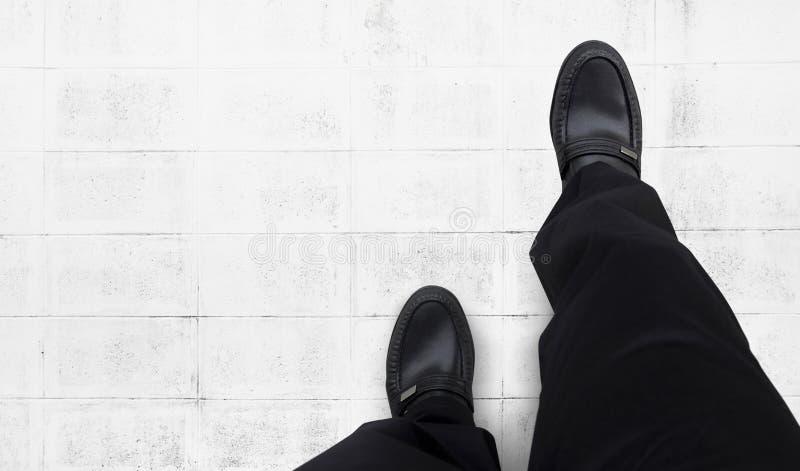 Les hommes d'affaires continuent à marcher en avant photo libre de droits
