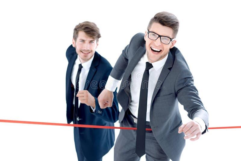 Les hommes d'affaires croisent la ligne d'arrivée image libre de droits