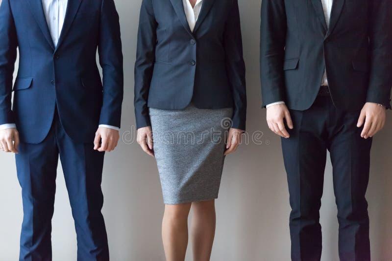 Les hommes d'affaires dans les costumes se tenant dans la rangée, se ferment vers le haut de la vue photographie stock libre de droits