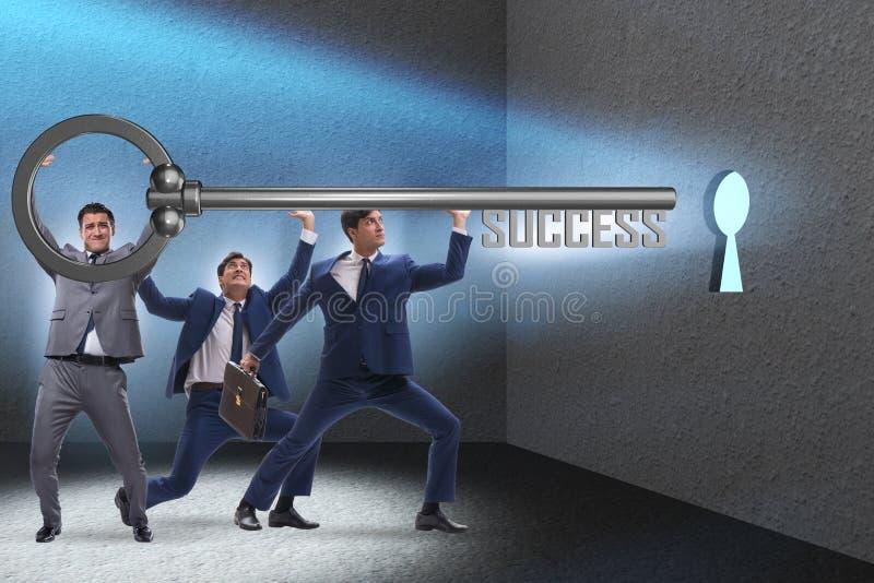 Les hommes d'affaires dans le concept de réussite commerciale avec la clé photographie stock