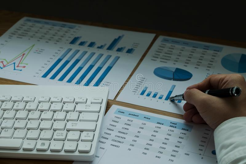Les hommes d'affaires dirigent des nombres, le graphique, diagramme dans le resul d'affaires images stock