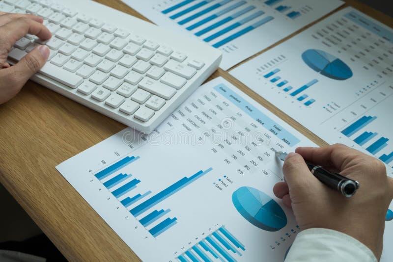 Les hommes d'affaires dirigent des nombres, le graphique, diagramme dans le resul d'affaires photos libres de droits