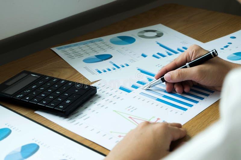Les hommes d'affaires dirigent des nombres, le graphique, diagramme dans le resul d'affaires image libre de droits