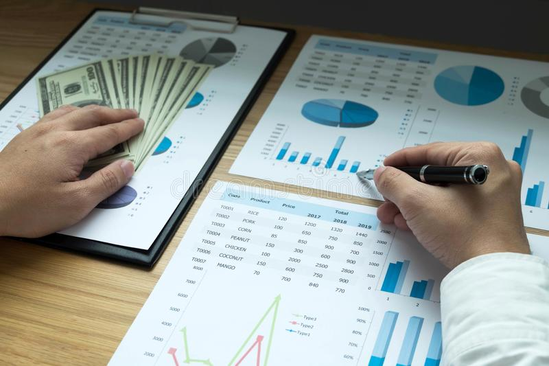 Les hommes d'affaires dirigent des nombres, le graphique, diagramme dans le resul d'affaires photographie stock