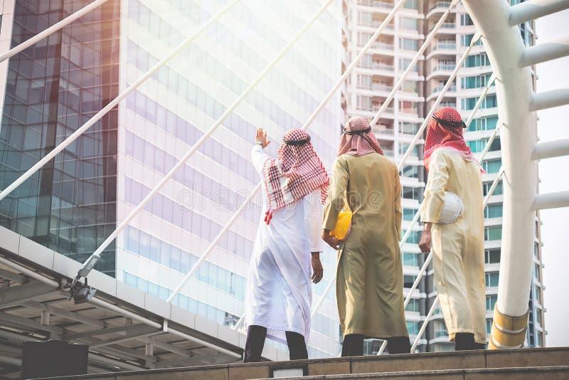 Les hommes d'affaires et les architectes arabes s'assemblent pour travailler ensemble pour le C.A. photographie stock libre de droits