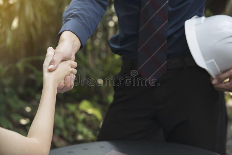 Les hommes d'affaires et les femmes d'affaires serrent la main pour rencontrer le travail d'équipe photos stock