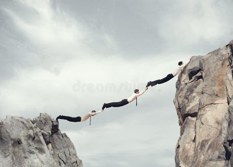 Les hommes d'affaires jettent un pont sur le travail ensemble photographie stock