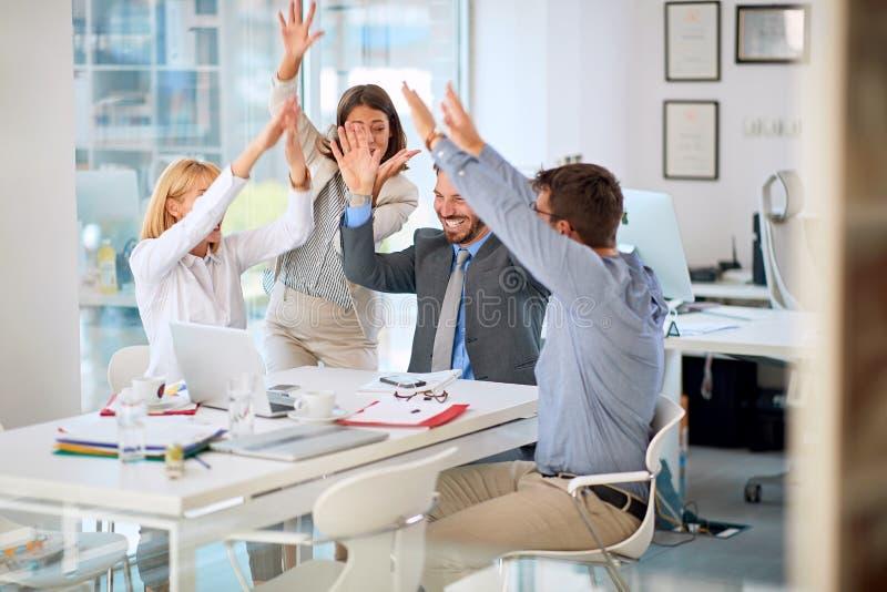Les hommes d'affaires ont accompli la réunion d'affaires images stock