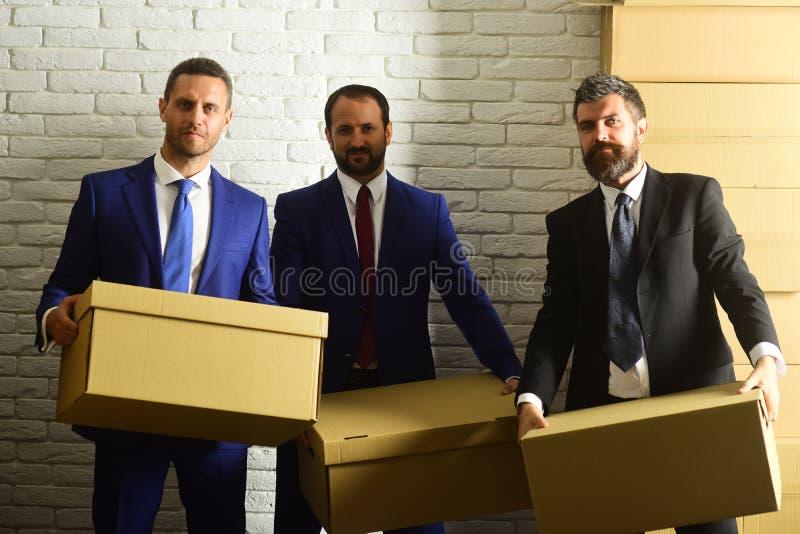 Les hommes d'affaires portent les costumes et les cravattes futés Hommes avec la barbe photo libre de droits