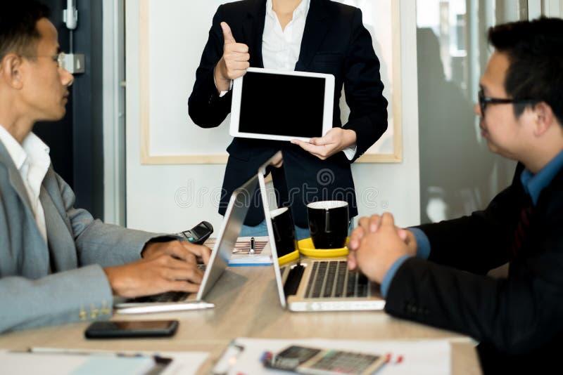 Les hommes d'affaires présentent des idées d'affaires à l'équipe tout en se réunissant dans le bureau, concept d'affaires photographie stock