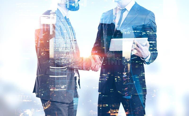 Les hommes d'affaires se serrent la main dans la ville de Moscou illustration de vecteur