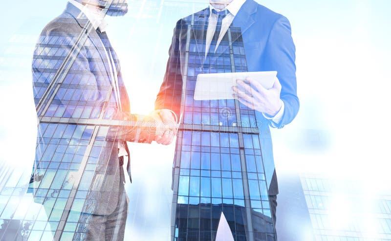 Les hommes d'affaires se serrent la main, gratte-ciel illustration libre de droits