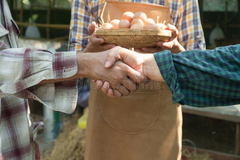 Les hommes d'affaires secouent la poignée de main après fabrication d'une affaire pour élever l'agriculteur d'association de cont image stock