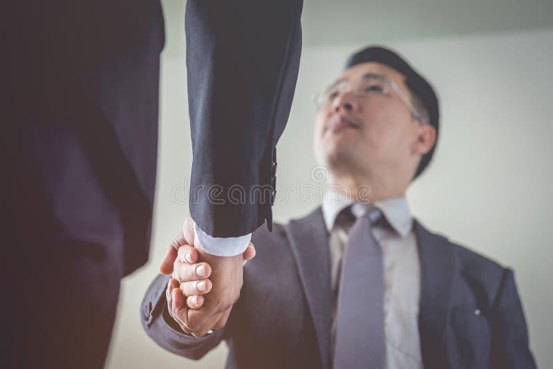 Les hommes d'affaires sont poignée de main acceptent de joindre les affaires Foyer à l'ha image libre de droits