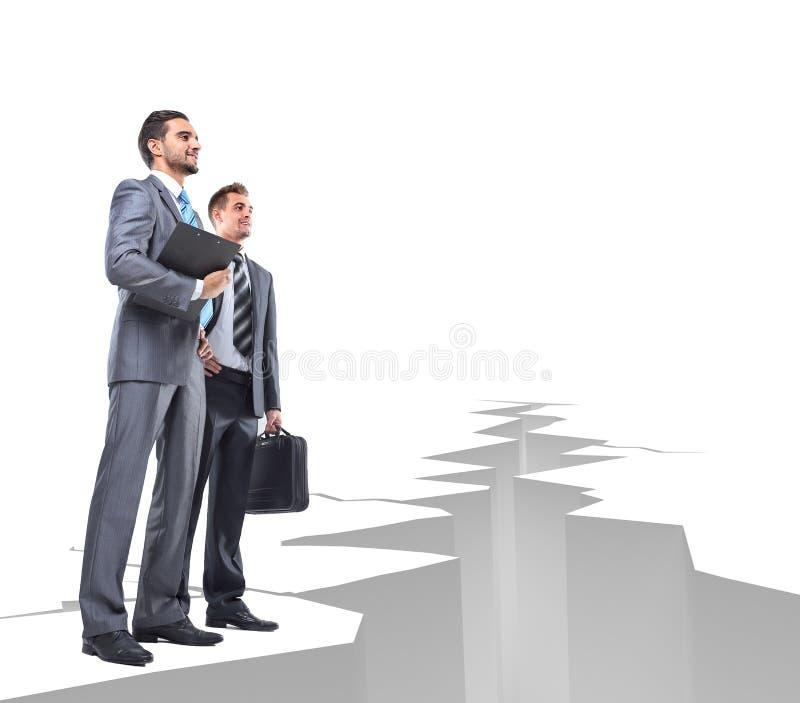 Les hommes d'affaires surmontent des obstacles photos stock